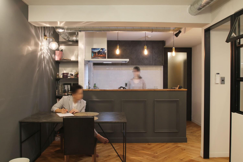 キッチン事例:キッチン(ヘリンボーンの床に、キッチンは塗装仕上げの木製モールディング)