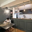 ヘリンボーンの床に、キッチンは塗装仕上げの木製モールディングの写真 LDK