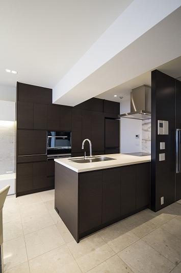 明るくて高級感溢れるラグジュアリーな空間(リノベーション)の写真 キッチン2