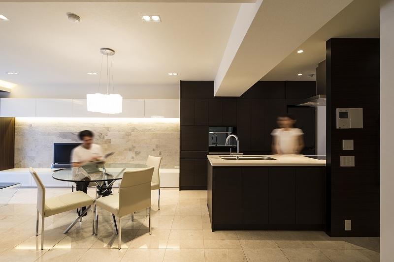 明るくて高級感溢れるラグジュアリーな空間(リノベーション)の写真 キッチン3