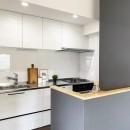落ち着いたカラーで楽しむリノベーションの写真 キッチン