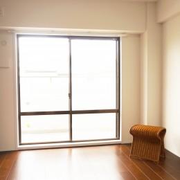 落ち着いたカラーで楽しむリノベーション (ダスティピンクの壁が映える部屋)