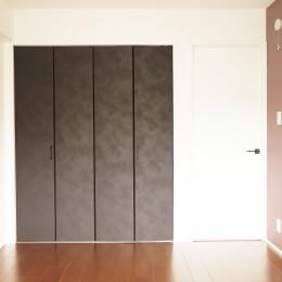 落ち着いたカラーで楽しむリノベーション (寝室 クローゼット)