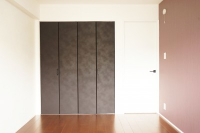 寝室 クローゼット (落ち着いたカラーで楽しむリノベーション)