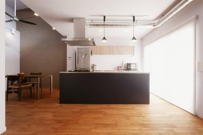 アイランドキッチン (N様邸_2人で塗った壁のアクセントカラー)