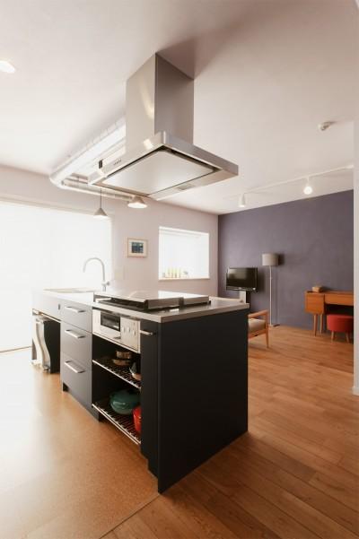 キッチン (N様邸_2人で塗った壁のアクセントカラー)