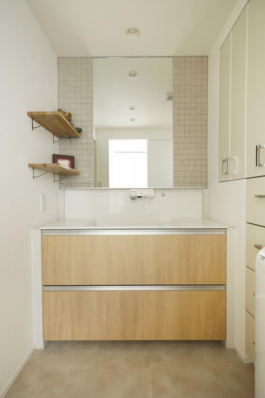 ネコと日向ぼっこ (見せる飾り棚と隠す収納でスッキリ片付いた洗面室)
