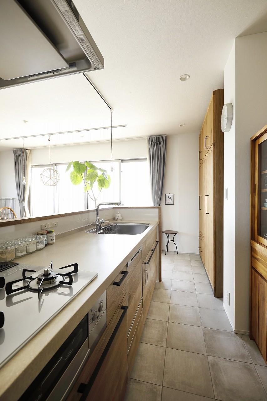 キッチン事例:採光と収納力を叶えたキッチン(ネコと日向ぼっこ)