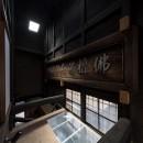 学林町の町家/耐震・断熱改修も行った京町家のリノベーションの写真 吹抜/天窓からの光が下階の水回りまで届くような仕掛けになっています