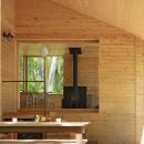森の小屋/とっておきの時間を過ごすための小さな居場所の写真 テラスから広間を見る