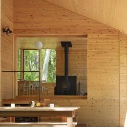 森の小屋/とっておきの時間を過ごすための小さな居場所 (テラスから広間を見る)