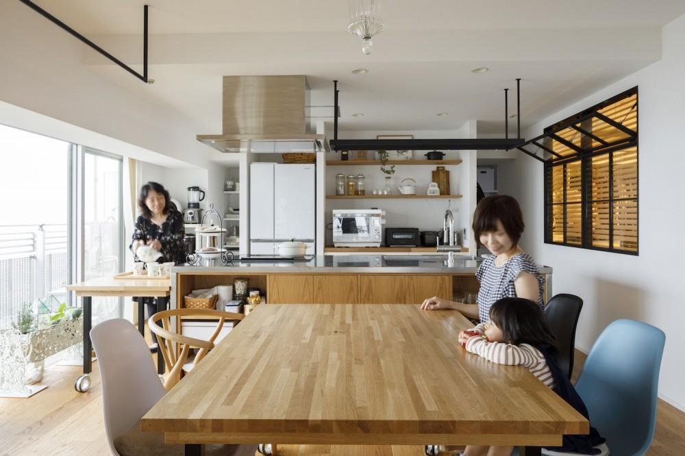 ダイニングキッチン (ゆい-家族がポジティブに暮らすためのバリアフリー。将来に備えてリノベーション)