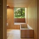 森の小屋/とっておきの時間を過ごすための小さな居場所の写真 浴室から森を眺める