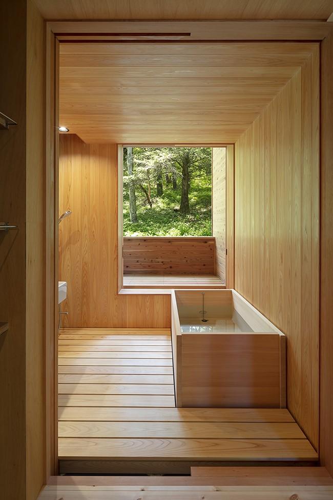 森の小屋/とっておきの時間を過ごすための小さな居場所 (浴室から森を眺める)