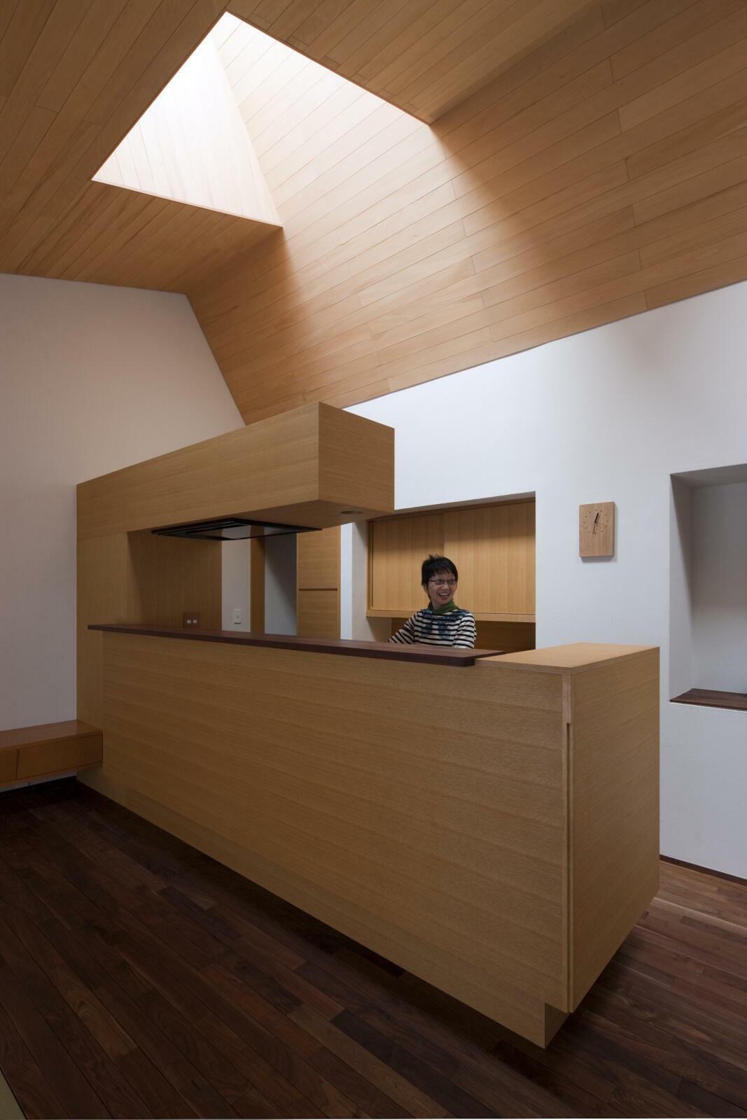 キッチン事例:居間から台所を見る(九条の家)