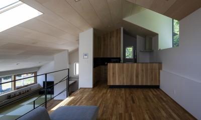 平岸の家 KWH (居間から台所を見る)