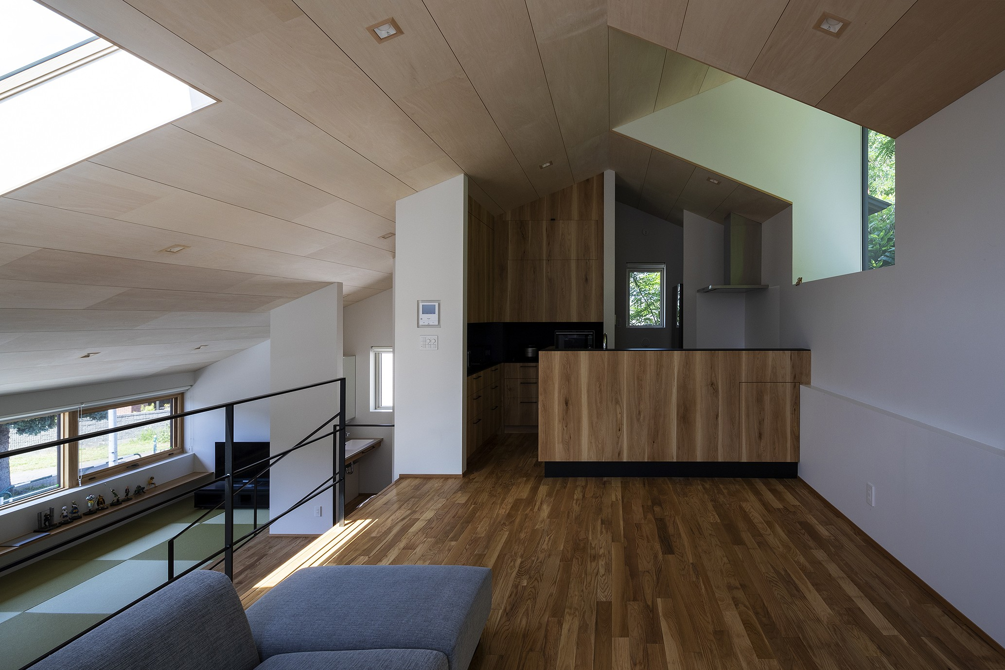 リビングダイニング事例:居間から台所を見る(平岸の家 KWH)