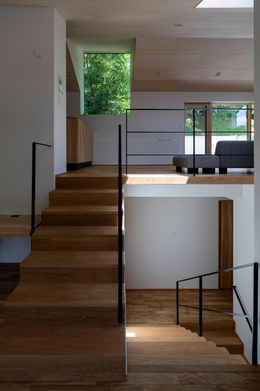 平岸の家 KWH (階段から居間を見る)