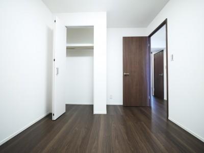 洋室 (シックなウォールナットの部屋)