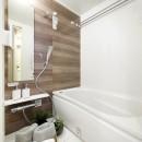 シックなウォールナットの部屋の写真 バスルーム