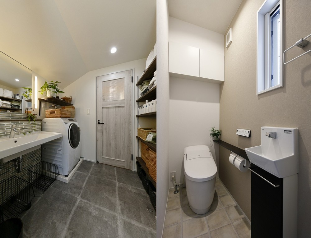 エアコンが苦手な奥様に 一年を通して温度変化の少ない家 (開放感のある洗面室とトイレ)