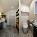 エアコンが苦手な奥様に 一年を通して温度変化の少ない家の写真 開放感のある洗面室とトイレ