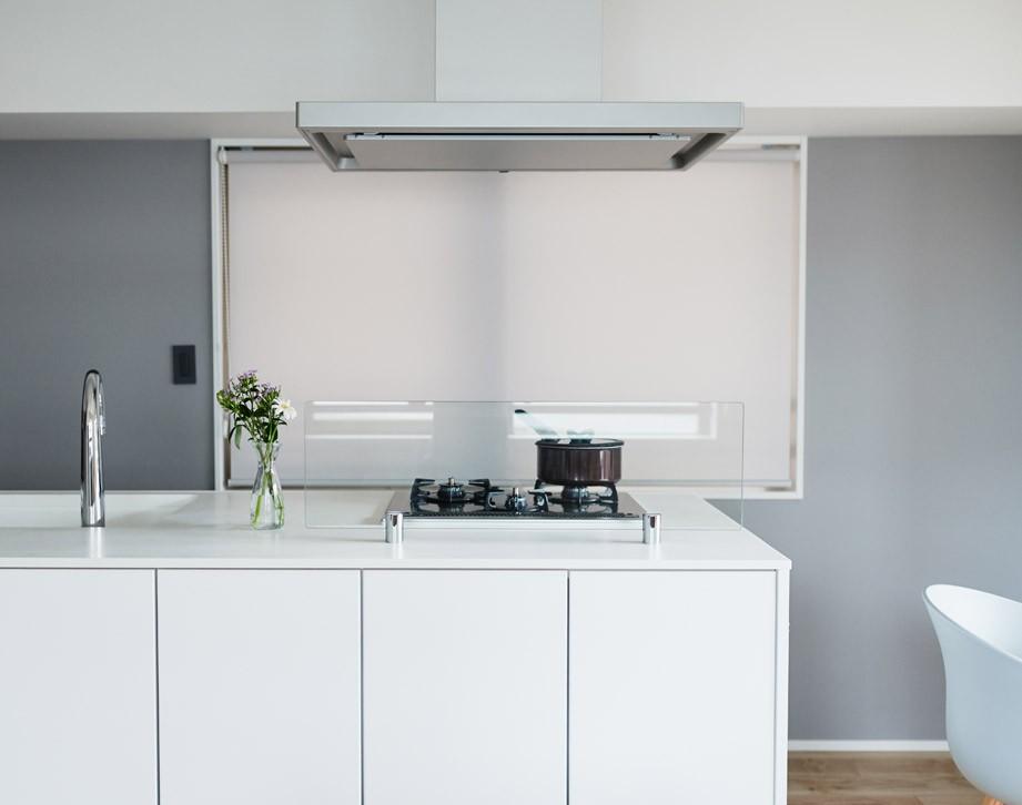 キッチン事例:スッキリと片づけられるアイランドキッチン(好きなアートと好きな色。カッコ良さと快適性。ご夫婦それぞれの希望が叶った住まい。)