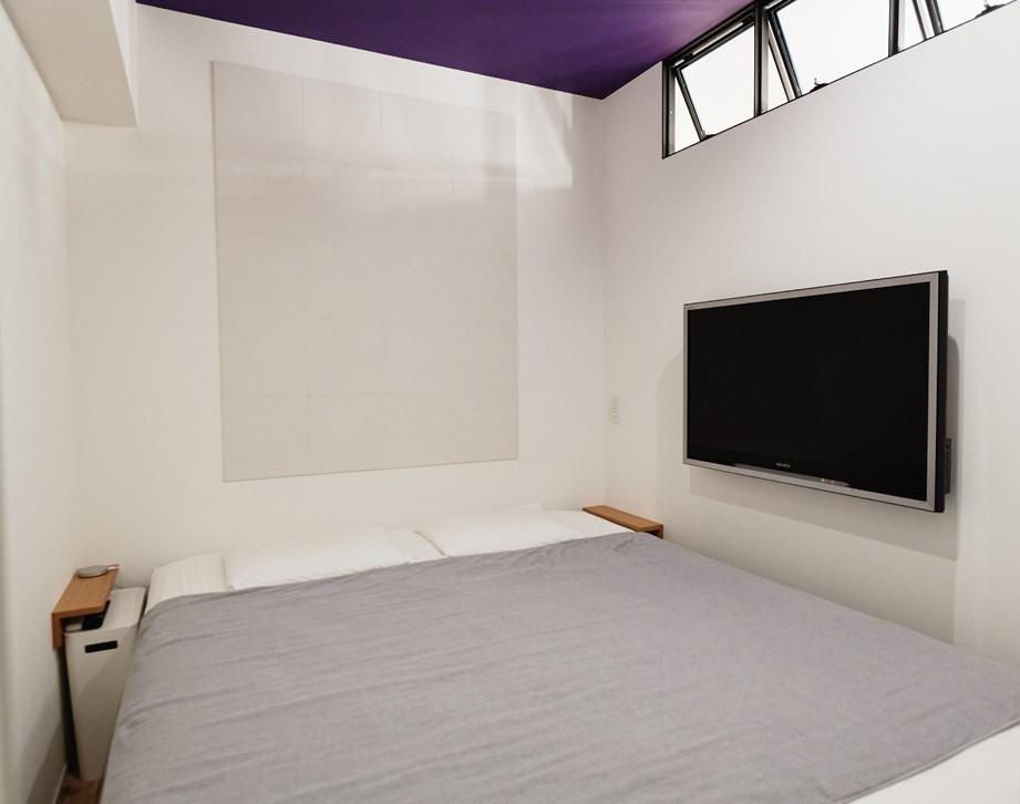 ベッドルーム事例:最小寸法の寝室(好きなアートと好きな色。カッコ良さと快適性。ご夫婦それぞれの希望が叶った住まい。)