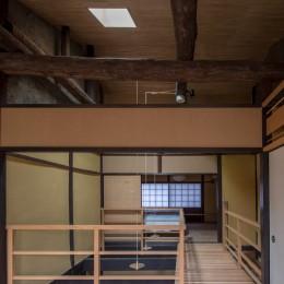 学林町の町家/耐震・断熱改修も行った京町家のリノベーション (和室から吹抜けと廊下を見る)