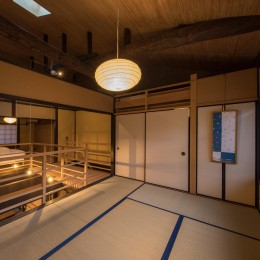 学林町の町家/耐震・断熱改修も行った京町家のリノベーション (和室/元の天井を取り払ってあらわしとなった丸太の梁)