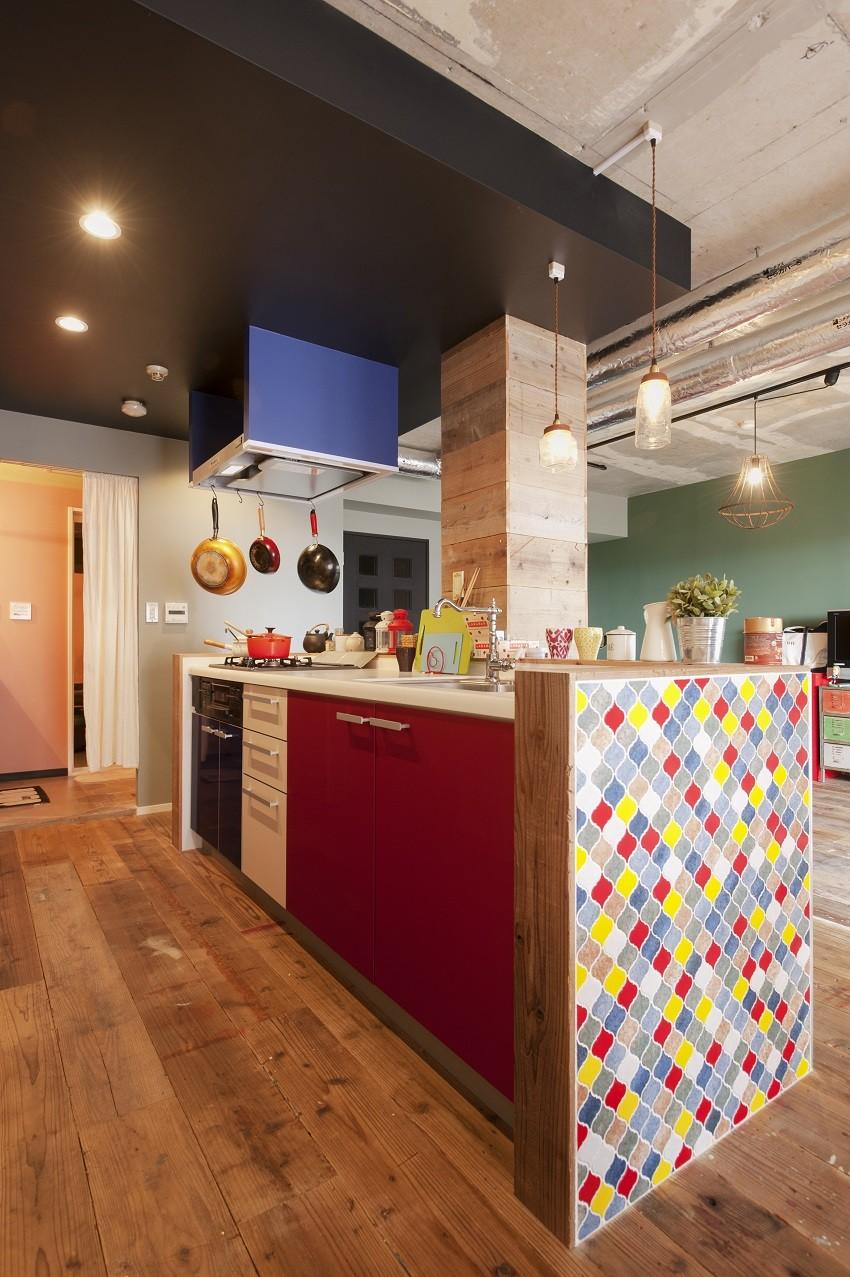 CAFEで暮らす~色遊びを楽しむ家~ (キッチン)