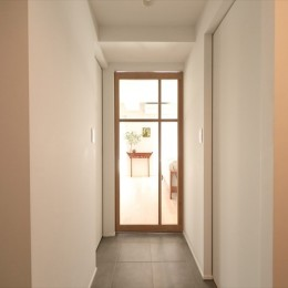 #ふたり暮らし (廊下の先にはLDKに繋がる造作扉)