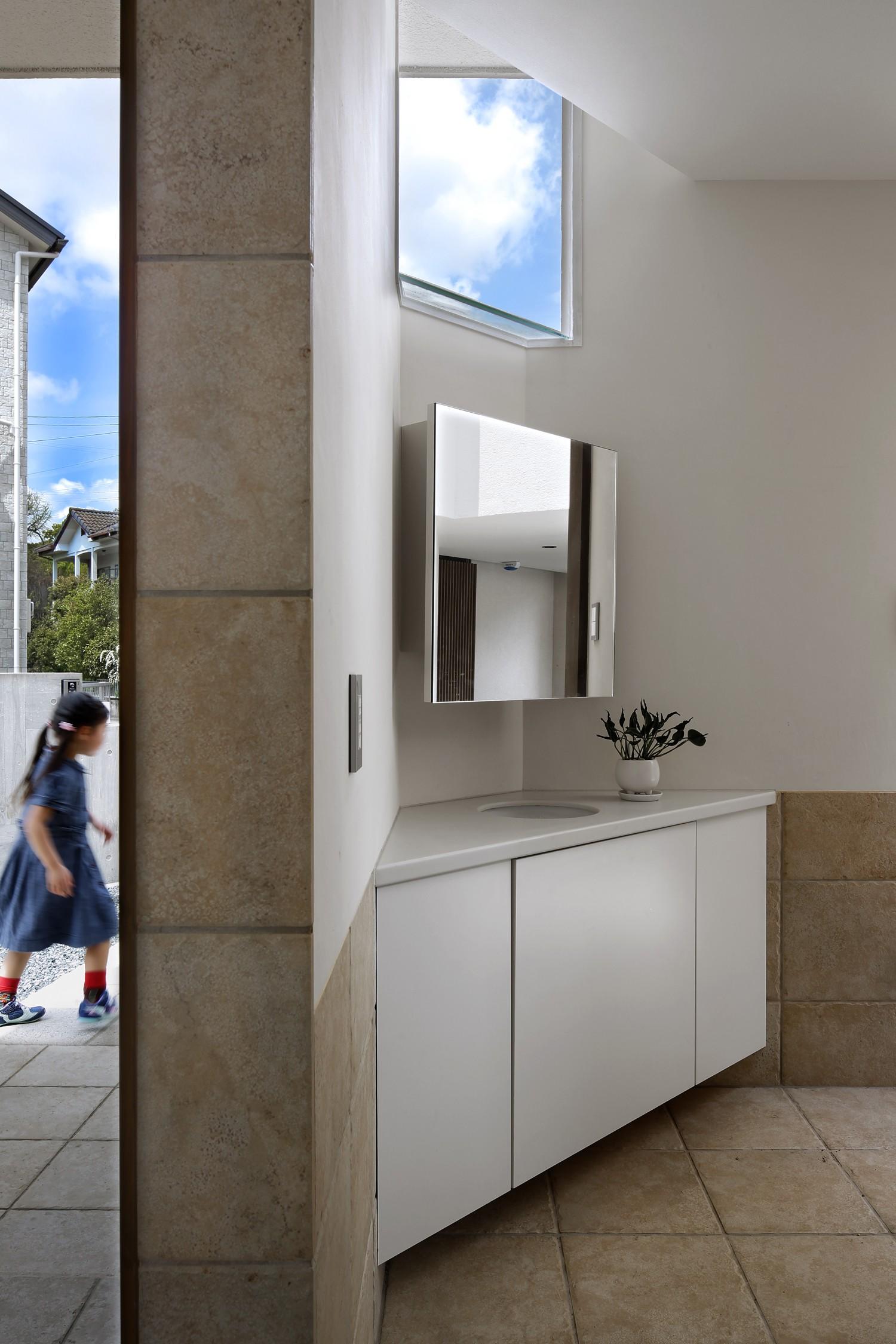 玄関事例:玄関周り02(【帰ったらまず、手洗い、うがい】ドクターの家づくり計画に学ぶ)