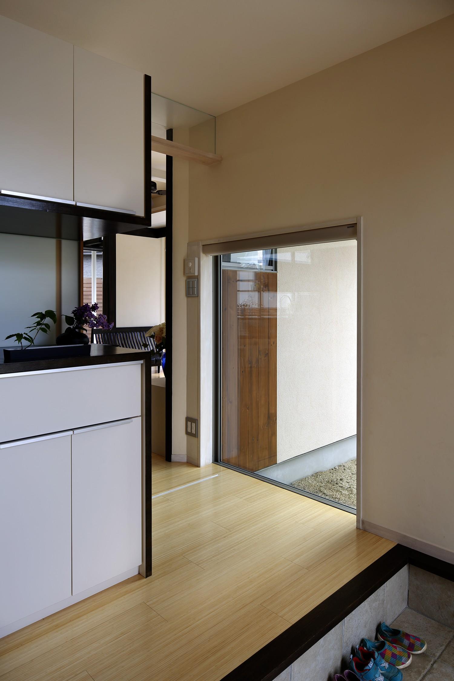 玄関事例:玄関周り03(【帰ったらまず、手洗い、うがい】ドクターの家づくり計画に学ぶ)