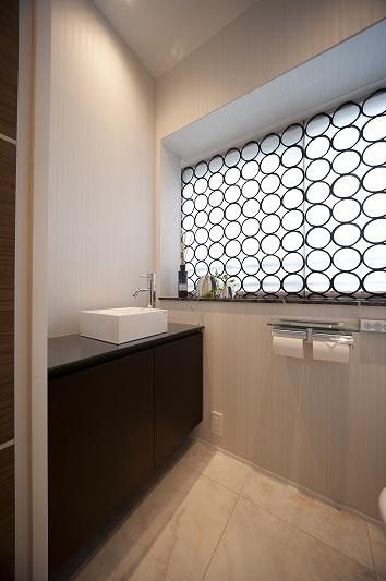 軽やかさを感じさせるラグジュアリーモダンな家(リノベーション)の部屋 トイレ1