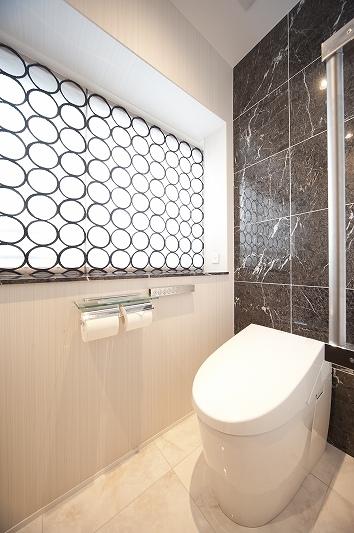 軽やかさを感じさせるラグジュアリーモダンな家(リノベーション)の部屋 トイレ2