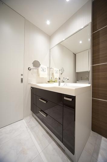 軽やかさを感じさせるラグジュアリーモダンな家(リノベーション)の部屋 洗面所