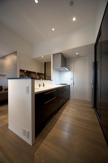 軽やかさを感じさせるラグジュアリーモダンな家(リノベーション)の部屋 キッチン2