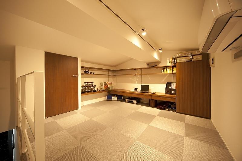 軽やかさを感じさせるラグジュアリーモダンな家(リノベーション)の部屋 ロフト