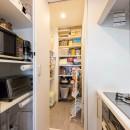 すっきりした暮らしを実現。たっぷり収納リノベーションの写真 キッチン横に設けたパントリー