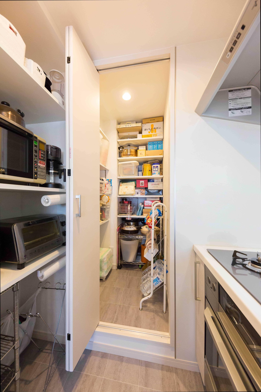 キッチン事例:キッチン横に設けたパントリー(すっきりした暮らしを実現。たっぷり収納リノベーション)