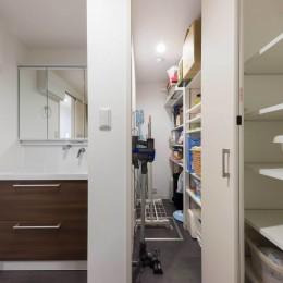 洗面横に設けた納戸スペース (すっきりした暮らしを実現。たっぷり収納リノベーション)