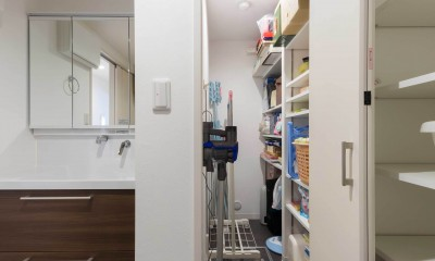 すっきりした暮らしを実現。たっぷり収納リノベーション (洗面横に設けた納戸スペース)