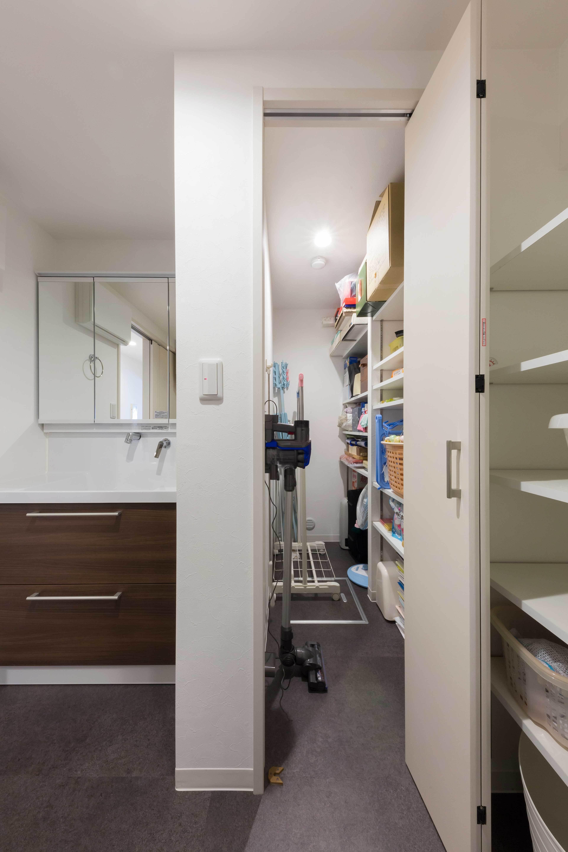 収納事例:洗面横に設けた納戸スペース(すっきりした暮らしを実現。たっぷり収納リノベーション)