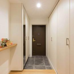すっきりした暮らしを実現。たっぷり収納リノベーション (広い玄関ホールと玄関収納)