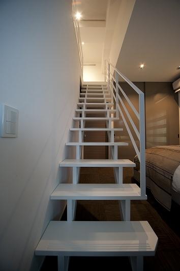 軽やかさを感じさせるラグジュアリーモダンな家(リノベーション)の部屋 階段