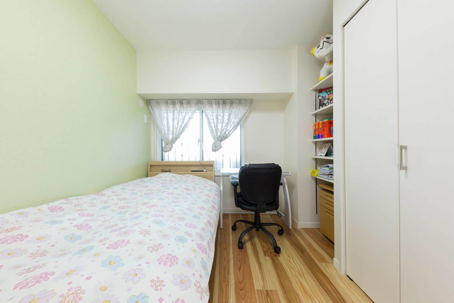 ベッドルーム事例:洋室1(すっきりした暮らしを実現。たっぷり収納リノベーション)