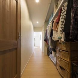 廊下に設けた共有収納スペース (5人家族でシェアするファミリー収納。メリハリ・リノベーション)