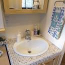 5人家族でシェアするファミリー収納。メリハリ・リノベーションの写真 タイル張りのオリジナル洗面台