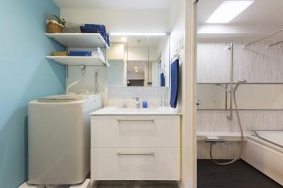 ゆったり使える洗面室と浴室 (親子のこだわり満載。「好き」と「素敵」が溢れるリノベーション)